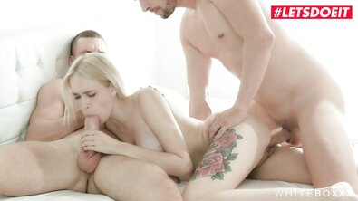 Красивый секс втроем с грудастой блондинкой и двумя парнями в белом постели