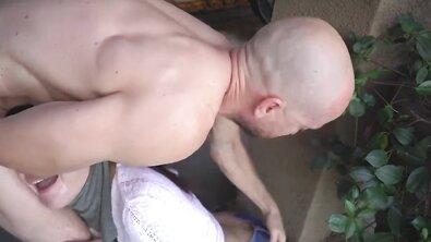 Грудастая брюнетка сквиртует во время ебли стоя после глубокого минета