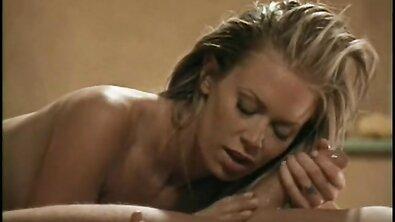 Грудастая массажистка Jenna Jameson отсасывает в ретро порно