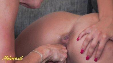 Блондинка лижет пизду старой лесбиянки и дрючит ее страпоном