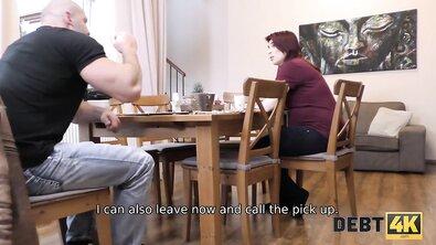 Беременная рыжая баба трахается с левым чуваком из-за денег