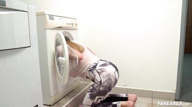 Титькастая соседка по хостелу застряла в стиральной машине и была выебана до оргазма