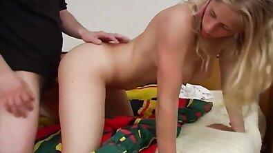 Мохнатый член трахает красивую русскую блондинку с объемной грудью и волосатой киской