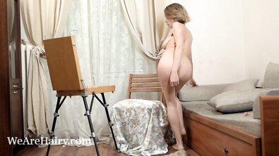 Художница в эротическом белье мастурбирует волосатую писю кисточкой