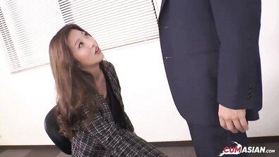 Япошка жарит красивую азиатскую секретаршу на работе