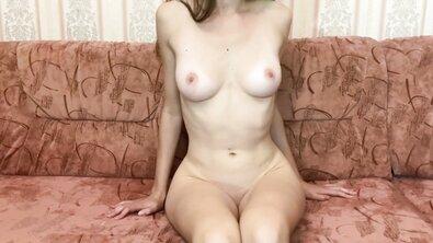 Русская девушка с красивой натуральной грудью проходит первый порно кастинг