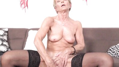Горячая старушка мастурбирует самотыком и показывает стриптиз