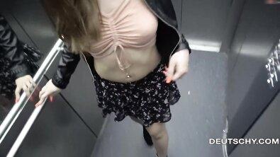 Рисковая немка с красивыми титьками оголяется на парковке и трахается в лифте