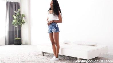 Черная девушка готова скакать на члене, чтобы попасть в рэп-видео