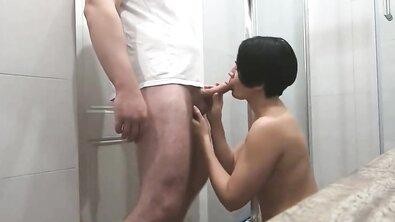 Мамаша просила сына подать полотенце, но вместо этого была выебана в душе