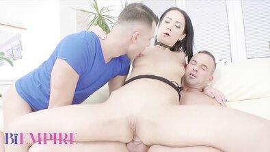 Грубый минет в глотку и анальный трах во время трио брюнетки с двумя бисексуалами