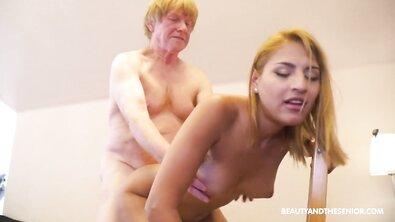 Пожилой женоненавистник грубо трахает молодую блондинку дома