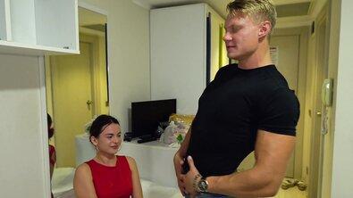 Мускулистый блондин жарит сексуальную русскую телку с аппетитной грудью в отеле