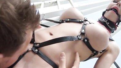 Господин жестко имеет во все дырки рабыню в кожаной портупее на вернаде