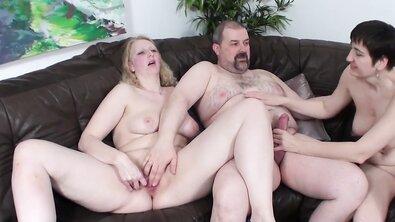 Две зрелые бабы делают минет толстому холостяку дома на диване