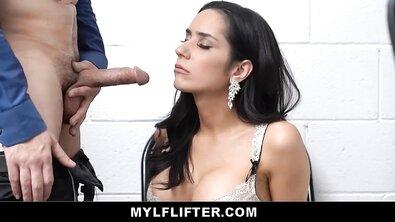 Сексуальная воровка в трусах из конфет скачет на хуе охранника