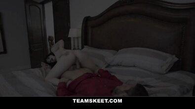 Сводные сестры соблазнили брата и устроили ЖМЖ на большой кровати