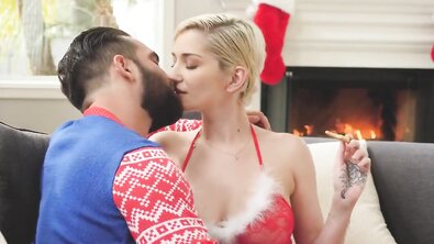 Новогодний секс с эротичной Снегурочкой в красном белье
