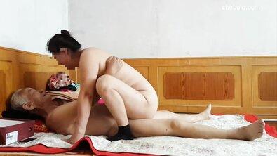 Старый китаец трахает жирную пожилую азиатку