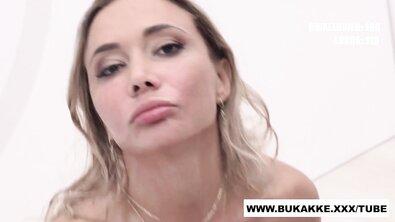 Блондинка использует свой рот как спермоприемник