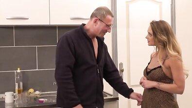 Пожилой француз дрючит сисястую гостью раком на кухне