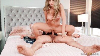 Бешеная блондинка с силиконовой грудью ебется со зрелым мужиком в постели