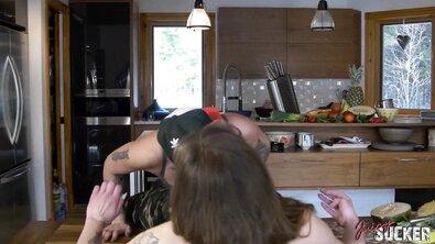 Пацанка дрючит страпоном лесбиянку на кухне, снимая кулинарный блог