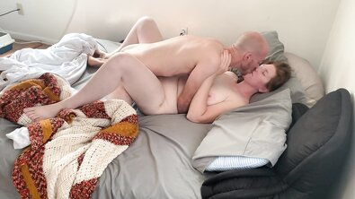 Лысый дрыщ жарит толстую рыжую зрелку на кровати
