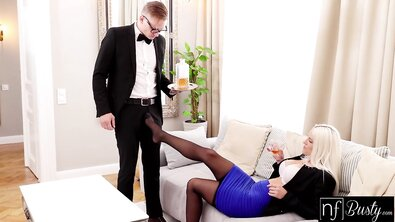 Очкастый дворецкий жарит большим хуем сексуальную хозяйку с силиконовыми дойками