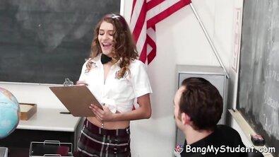 Похотливая студентка совращает преподавателя и чпокается с ним на столе