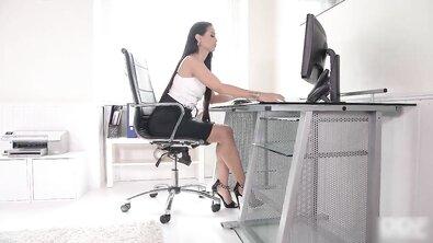 Коллега трахает в анал красивую офисную шлюшку на стеклянном столе