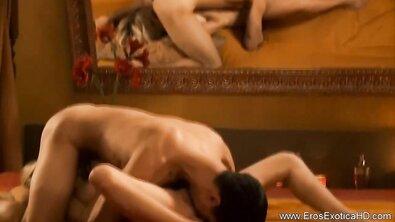 Красивая пара раскрывает свою сексуальность во время романтического интима