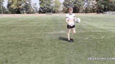 Трах с немецкой футболисткой на стадионе круче любой тренировки