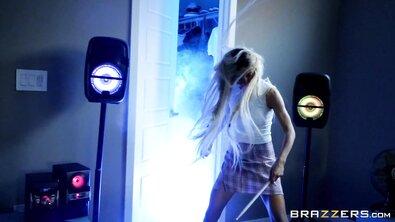 Развратная блондинка Кензи Ривз трахается с парнем своей мамы, пока она дома
