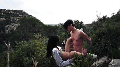 Подборка секса худого парня с тощей азиаткой на природе и в спальне