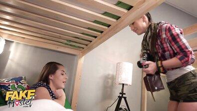 Лесбийский тройничок с соседкой по хостелу после фотосессии