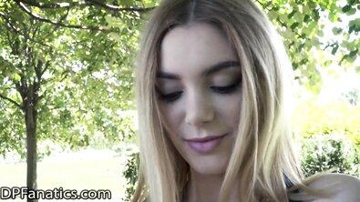 Двойное проникновение на природе в дырки блондинки с силиконовой грудью