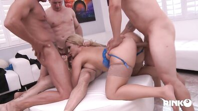 Пухлая блондинка в синем белье ебется с тремя парнями