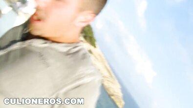 Красивая брюнетка с большими сиськами сосет хуй и трахается на открытой терасе